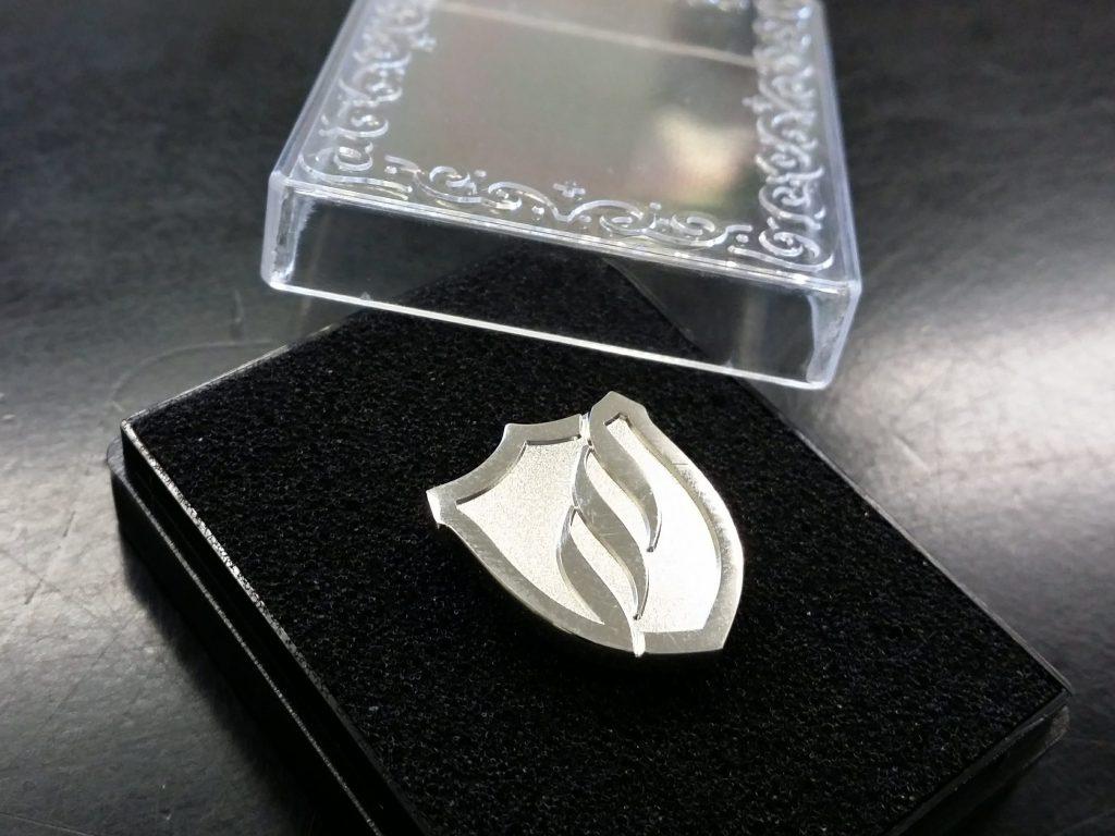 オリジナルピンバッジ ピンバッチ ノベルティ メッキ 金属 真鍮 レザーソムリエ認定ピンバッジ 製作は株式会社丸上